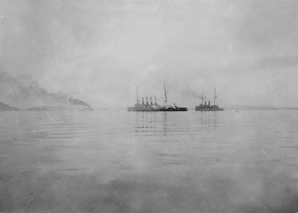 «Варяг» после боя на рейде Чемульпо. Справа – крейсер HMS Talbot. Источник: kreiser.unoforum.pro